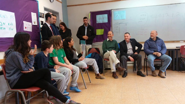 """יו""""ר הכנסת, יולי אדלשטיין, הגיע לביקור בביה""""ס """"מצפה גולן""""."""
