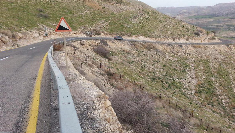 הושלמה התקנה של מעקות בטיחות, לאורך כביש 98 היורד לחמת גדר